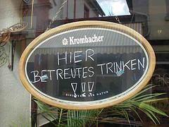 Foto eines Schildes auf dem steht: Hier betreutes Trinken