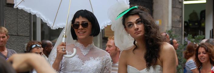 Foto von zwei Männern im Brautkleid (daameriva - CC-BY)
