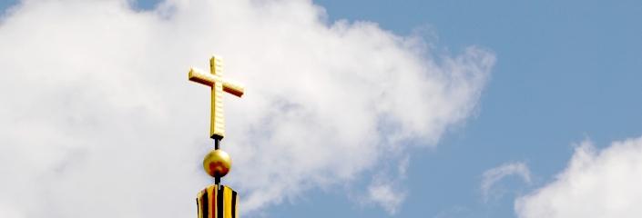 Goldes Kreuz einer Kirchturmspitze (Nicole Britz - CC-BY )