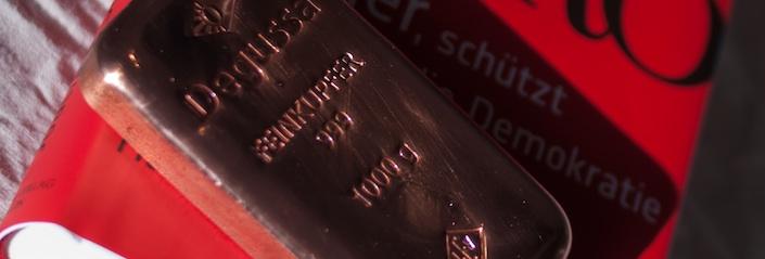 Foto eines Buchs mit Aufschrift Euro auf der ein Goldbarren liegt (Wolfgang Britzl - CC-BY-SA)
