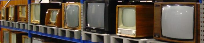 Foto eines Regals mit alten Fernsehern (Klaus Nahr -CC BY SA)