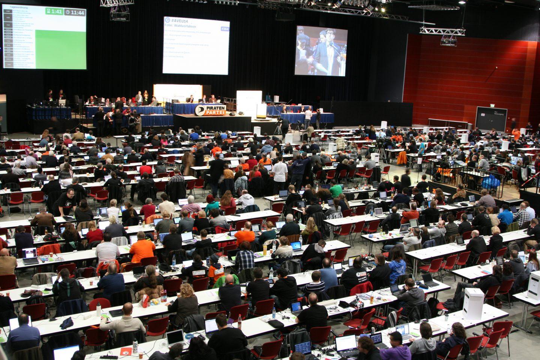 Symbolbild: Halle mit parlamentarischer Bestuhlung und vielen Menschen